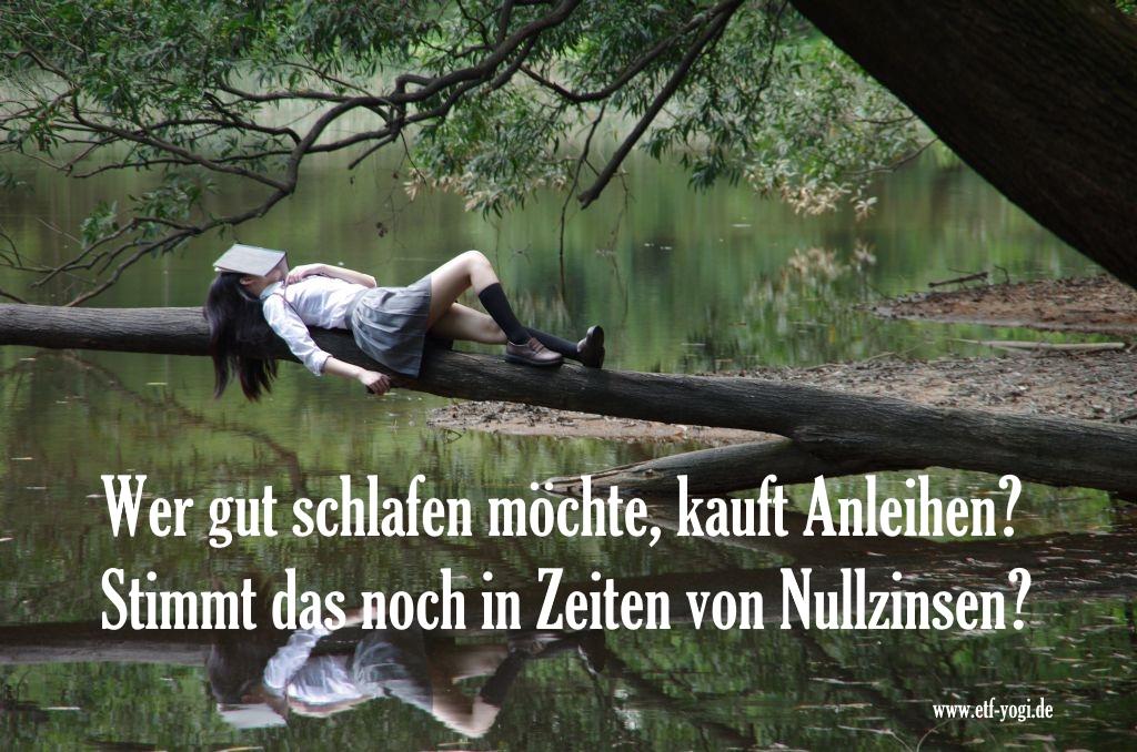 Das Bild zeigt eine Frau, die auf einem Ast über dem Wasser schläft. Es illustriert die Frage: Was sind Anleihen-ETFs. Lassen einen Anleihen im Portfolio ruhig schlafen?