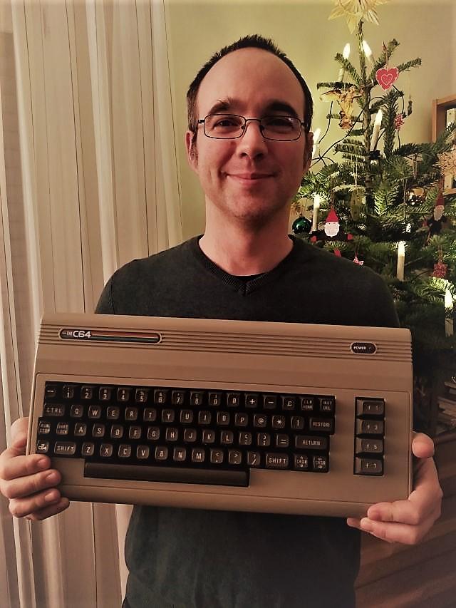 Ein Rückblick des ETF-Yogi-Blog zu Weihnachten 2019. Was lief in diesem Jahr? Welche Artikel kamen raus? - Foto von der Bescherung mit einem The C64-Computer.